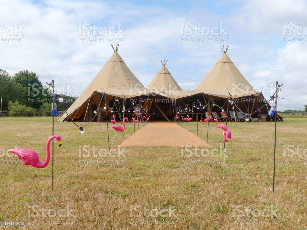 三個大型帳篷在農田上為婚禮活動而設 - 免版稅事件圖庫照片