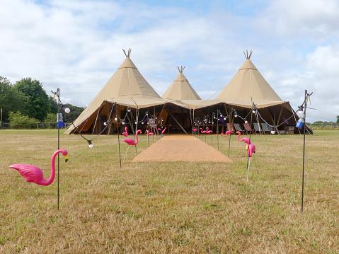 三個大型帳篷在農田上為婚禮活動而設 照片檔及更多 事件 照片