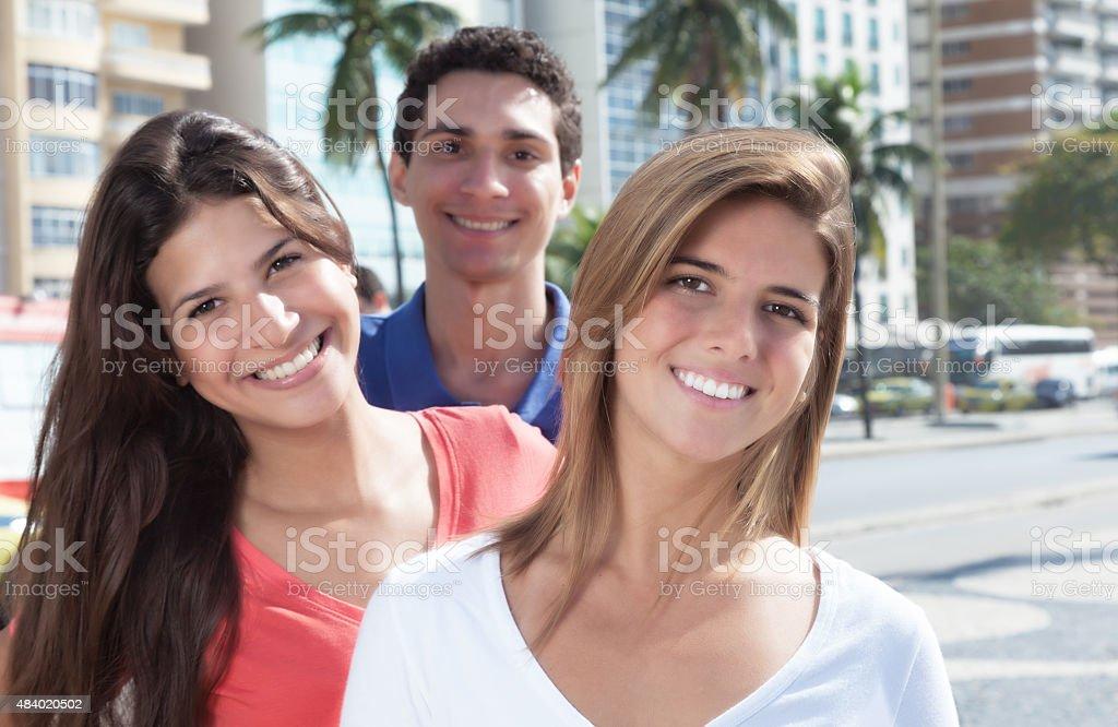 Tres Riendo jóvenes en la ciudad - foto de stock