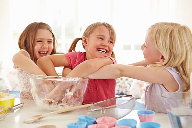 drei mädchen cupcakes in der küche - 3 zutaten kuchen stock-fotos und bilder
