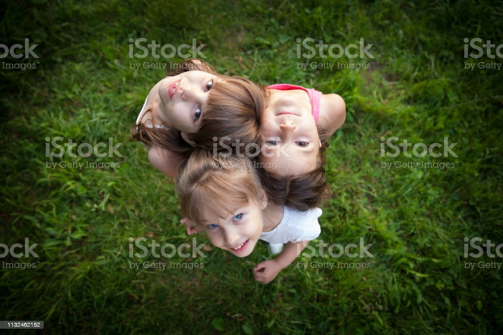 Drei kleine Mädchen im Freien Porträt von oben – Foto