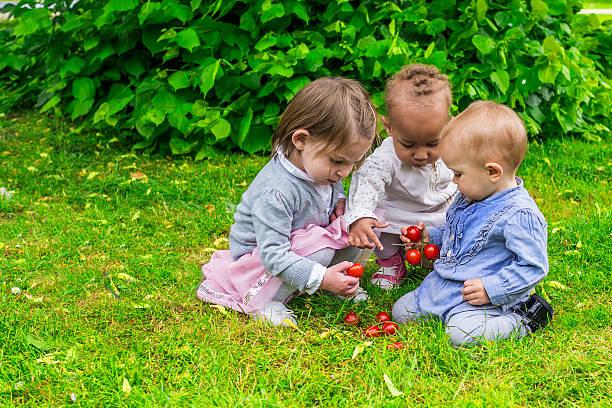 Drei kleine Mädchen Spielen im Garten – Foto