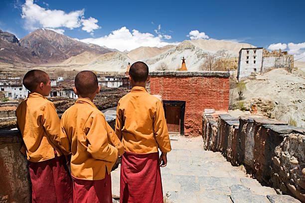 drei kleine anfänger mönche im tibet-kloster, upper mustang - nepal tibet stock-fotos und bilder