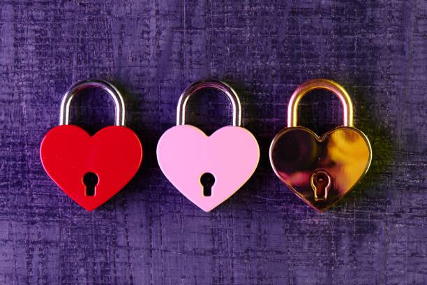 Drei Schlösser in der Form eines Herzens. Liebe Konzept zum Valentinstag – Foto