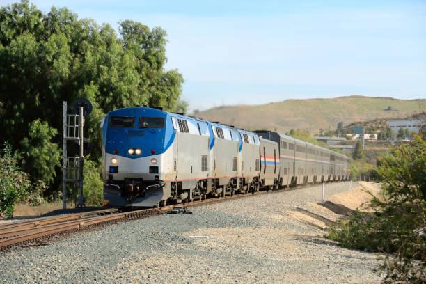 drei lokomotiven angetrieben personenzug - lokomotive stock-fotos und bilder
