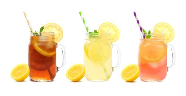 三罐夏季冰茶、檸檬水和粉紅色檸檬水飲料,在白色上分離 - 檸檬水 個照片及圖片檔