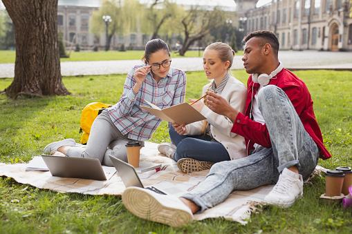 Three Master Degree Students Participating In Business Project - zdjęcia stockowe i więcej obrazów Badanie lekarskie