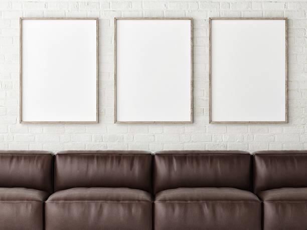 Drei weiße mock up Poster mit braunem Leder-sofa – Foto