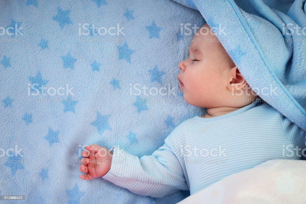 Três meses bebê em cobertor dormindo Azul - foto de acervo