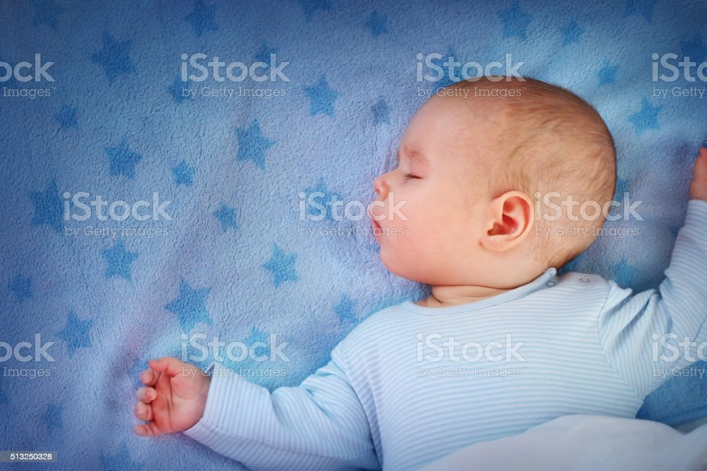 three month old baby sleeping on blue blanket圖像檔