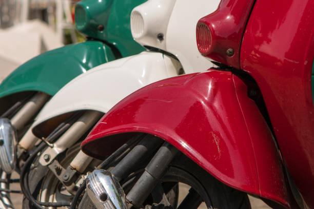 tres ciclomotores pintados en colores de la bandera italiana - vintage vespa fotografías e imágenes de stock