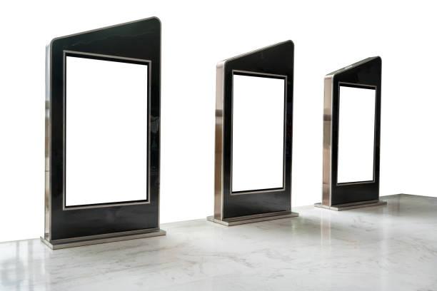 drei film plakatrahmen entlang der gehweg isoliert auf weißem hintergrund für kino - filmplakate stock-fotos und bilder