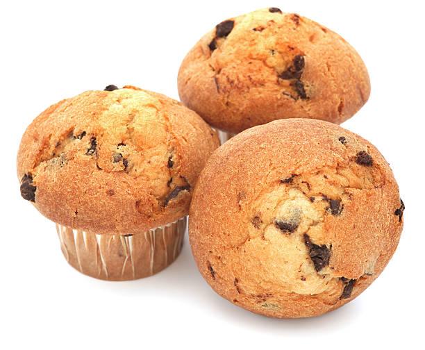 tre muffin al cioccolato, isolato su bianco - muffin foto e immagini stock