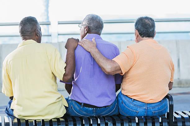 três homens multiétnicos seniores sentados no banco - banco assento - fotografias e filmes do acervo
