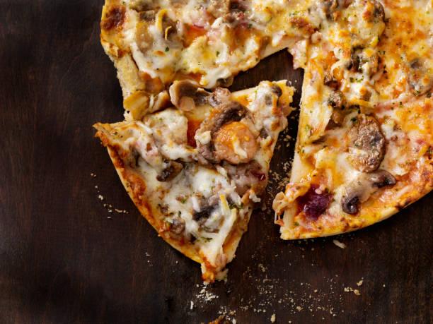 drei pilze und rote zwiebel-pizza - gebackene champignons stock-fotos und bilder