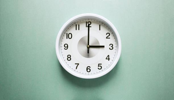tres en punto - wall clock fotografías e imágenes de stock