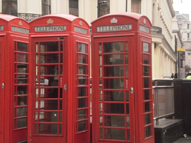 Three Of The Typical Red Cabins In Trafalgar Square In London. – Foto