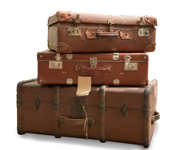 beyaz bir arka plan üzerinde izole üç eski bavul - tutamak üretilmiş nesne stok fotoğraflar ve resimler