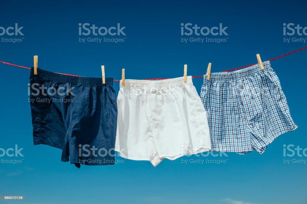 drei Paar Boxershorts auf eine Wäscheleine. – Foto