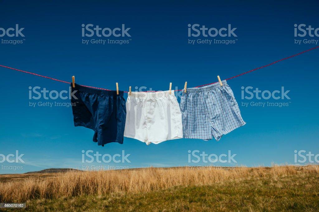 Três pares de bermudão em uma linha de lavagem. - foto de acervo