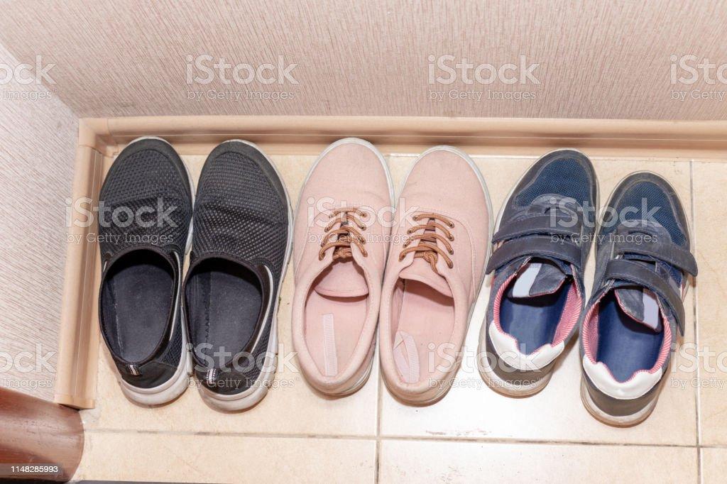 Tres Pares De Zapatos Casualesbotas Zapatillas Deportivas