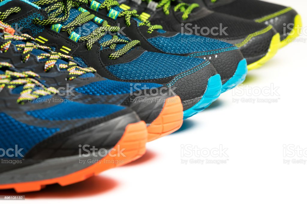 Tres pares de zapatillas de ejercicio / deportes zapatos sobre fondo blanco foto de stock libre de derechos