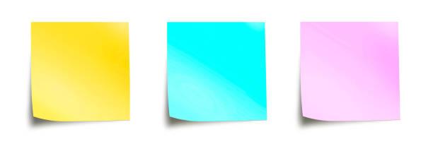 drei pastellfarbene haftnotizen isoliert auf panorama-weißen hintergrund - post it stock-fotos und bilder