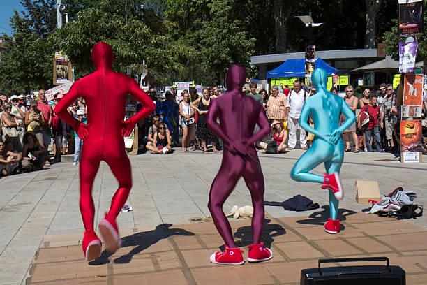 drei personen im zephyr - morphsuit stock-fotos und bilder