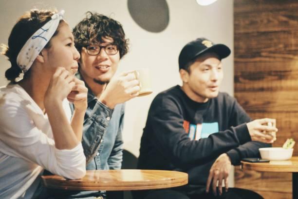 3 人は喫茶店で休憩を取る ストックフォト
