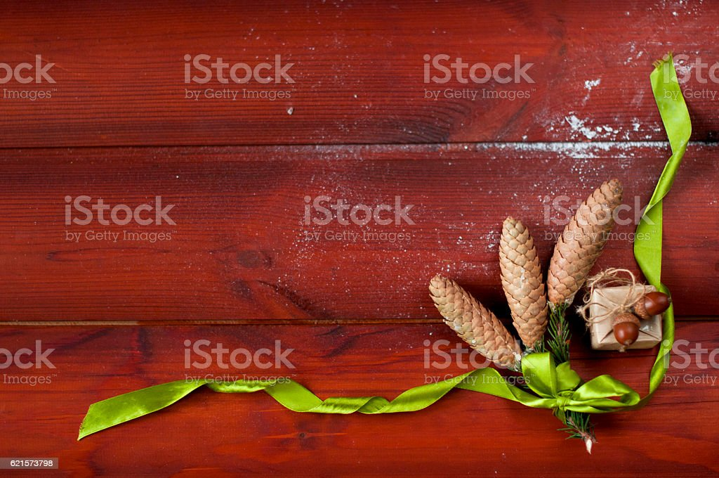Three pine cones tied with green ribbon flat lying photo libre de droits