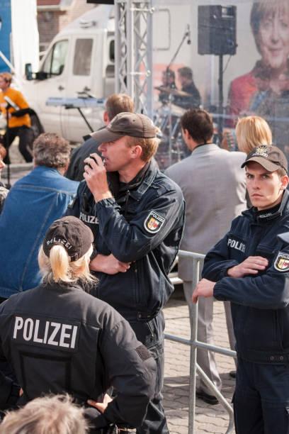 drei polizisten während der besuch von merkel in stralsund - merkel cdu stock-fotos und bilder