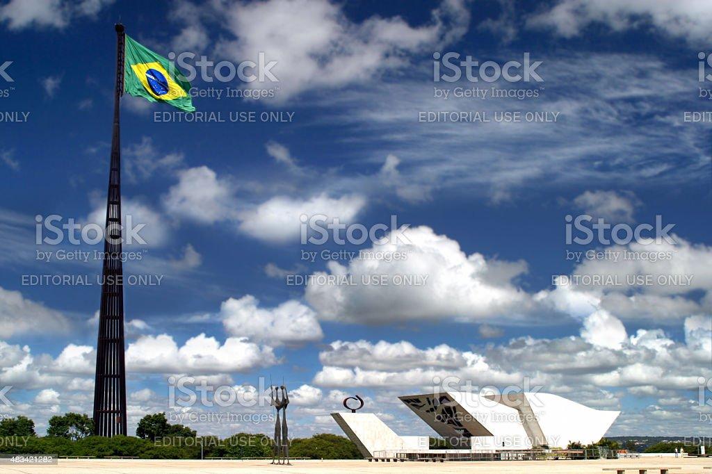 Três potências Plaza com bandeira e Pantheon, em Brasília, Brasil - foto de acervo