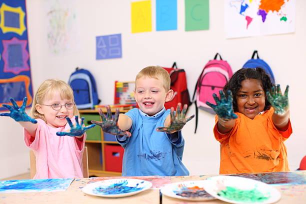 vorschule drei kinder - fingerfarben stock-fotos und bilder