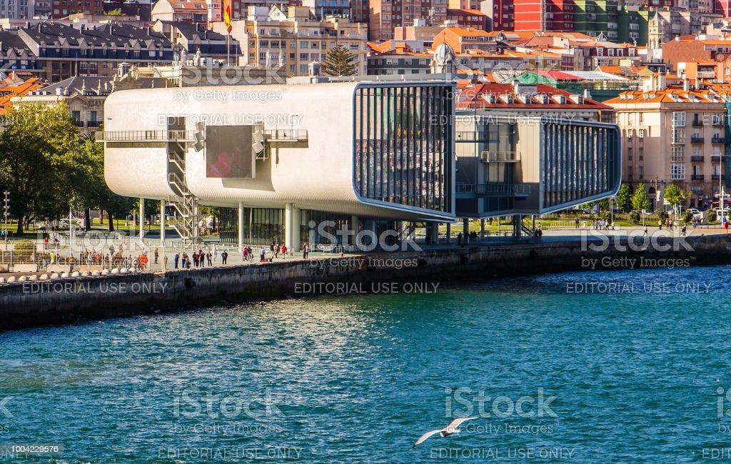Panorama de tres cuartos del centro de exposiciones del Centro botín en el puerto de Santander, España - foto de stock
