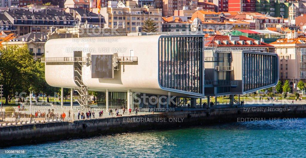 Panorama de tres cuartos del Museo Centro botín en el puerto de Santander, España - foto de stock