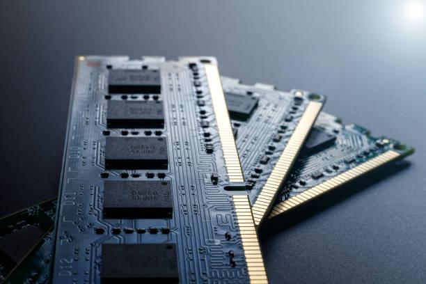 Drei RAM-Module auf dunklem Hintergrund. Das Konzept eines schlechten mentalen Prozesses einer Person, das Bedürfnis nach Selbstentwicklung. Selektiver Fokus. – Foto