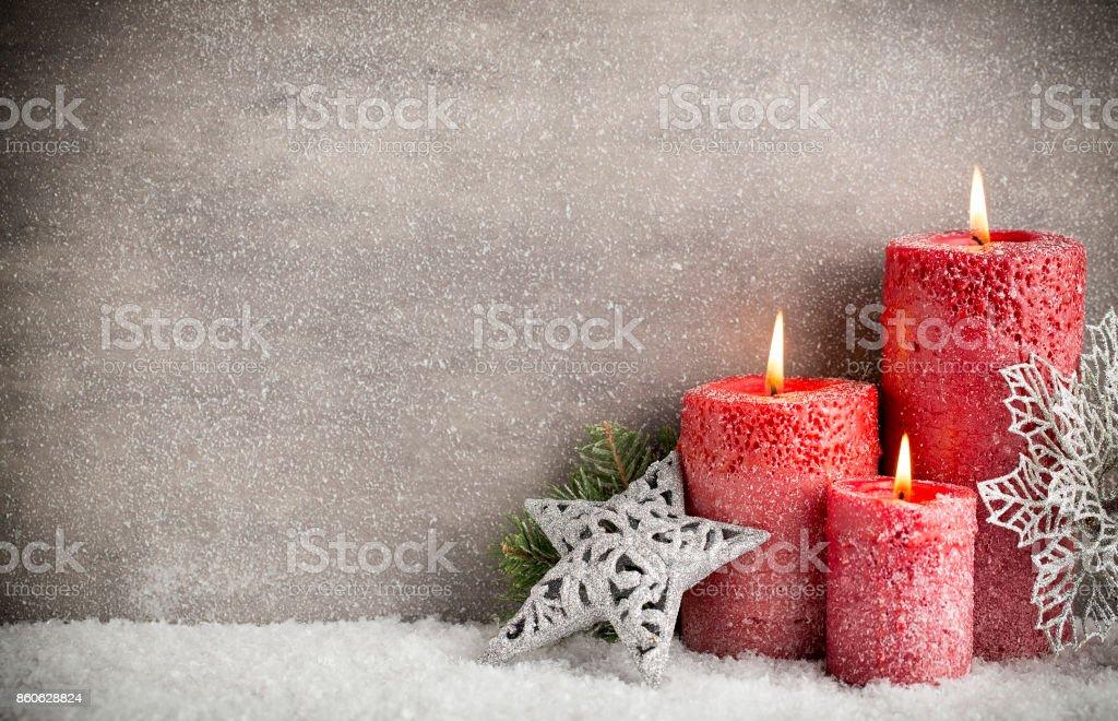 Tres velas rojas sobre fondo gris, decoración de la Navidad. Estado de ánimo de Adviento. - foto de stock