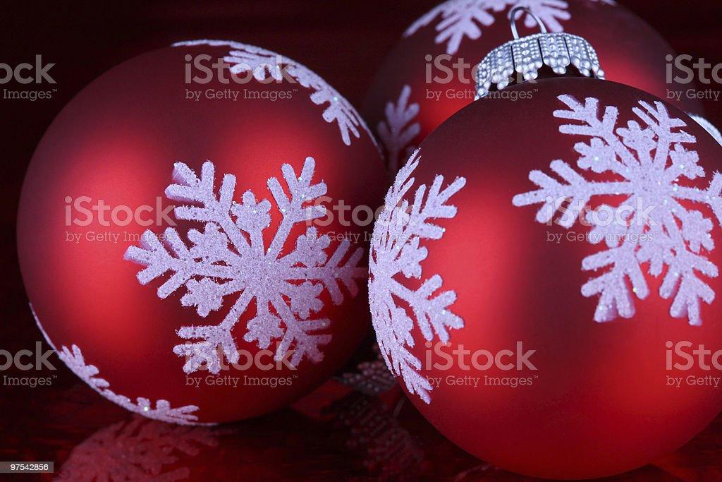 Trois rouge de Noël avec Globes avec neige photo libre de droits