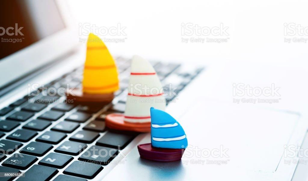 Drei Segelboote auf Computer-Tastatur Lizenzfreies stock-foto