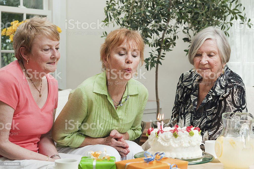 Drei Alte Frauen Freunde Feiert Geburtstag Mit Kuchen Und Geschenke