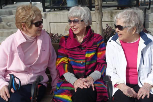 Drei Senioren genießen sonnigen Tag – Foto