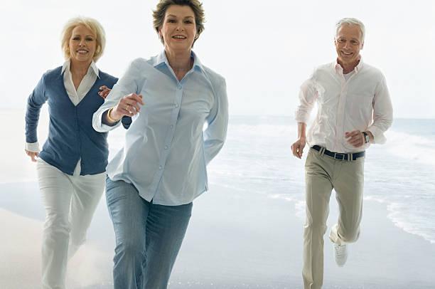 Drei Senioren Laufen am Strand – Foto