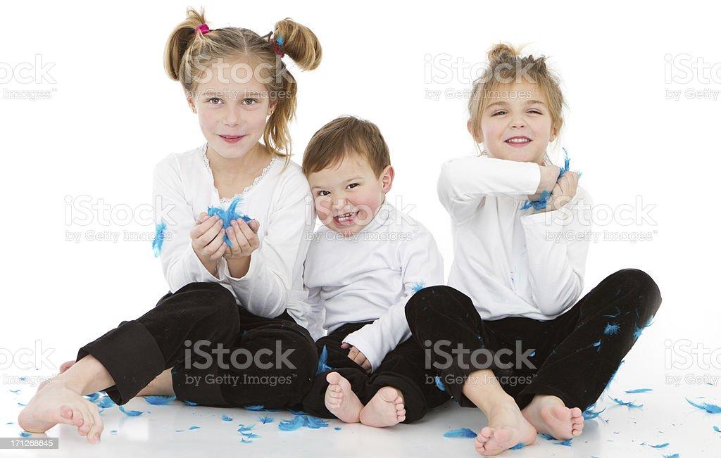 Fotografia De Tres Hermanos Jugando Con Plumas De Ganso Y Mas Banco