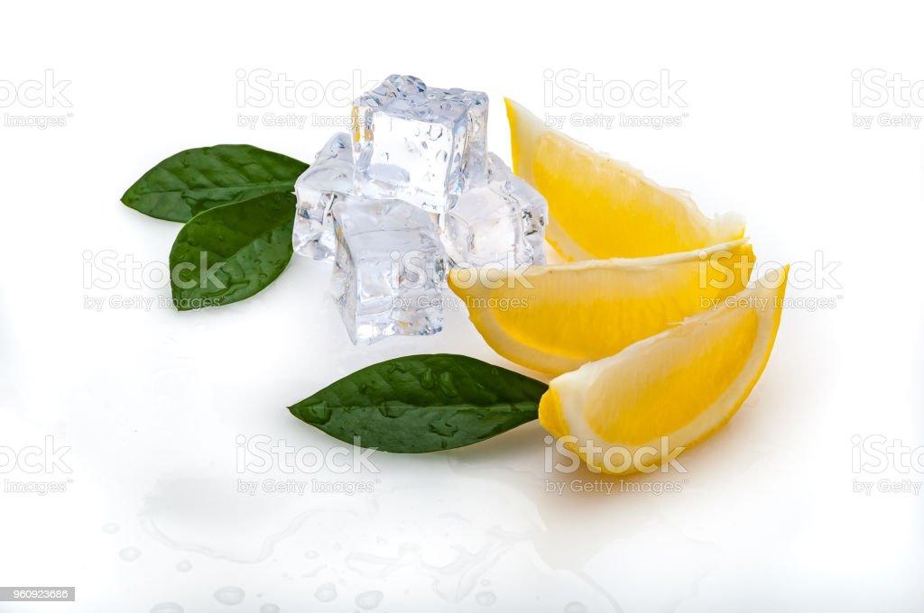 3 Scheiben frische Zitrone und grünen Blätter, kalten Eiswürfeln, auf weißem Hintergrund. isoliert. - Lizenzfrei Blatt - Pflanzenbestandteile Stock-Foto