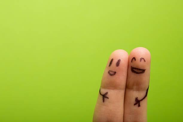 Tres sonriendo los dedos que están muy dispuestos a ser amigos - foto de stock