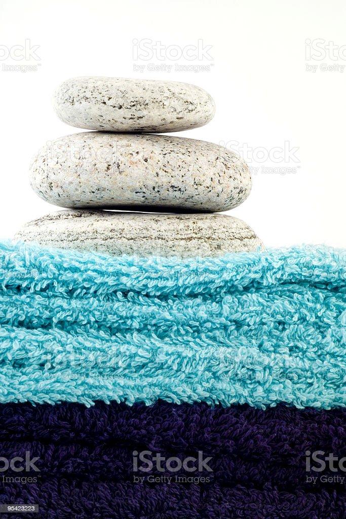 Drei Steine auf Haufen von Handtücher Lizenzfreies stock-foto
