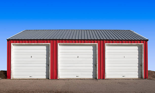 drei stauraum locker türen mit blauer himmel hintergrund - schuppen türen stock-fotos und bilder