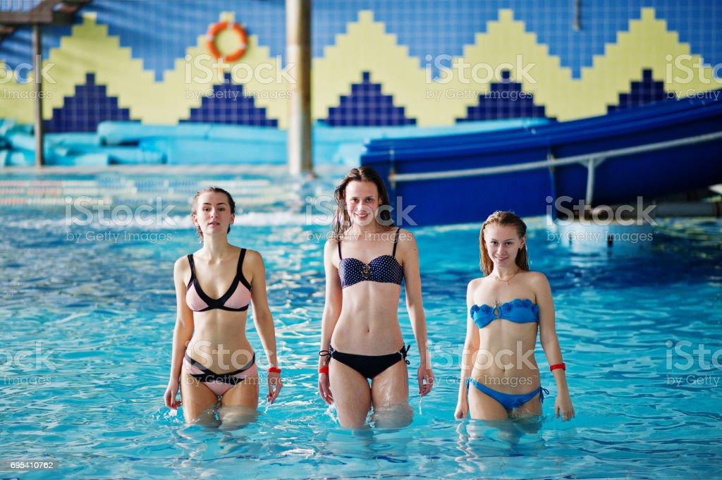 El La Chicas Impresionantes Saliendo Piscina En Bikini Tres De LUGqzMVpS