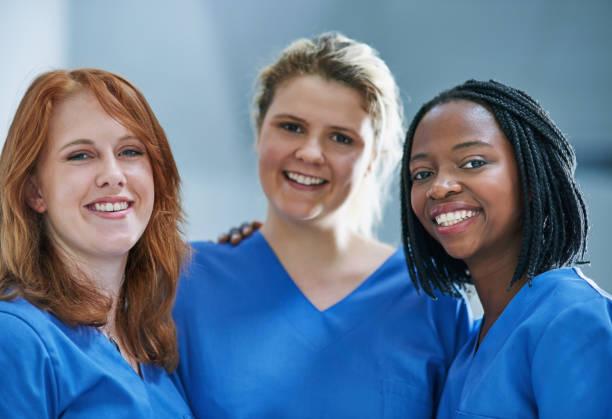 three times the surgical skill - vêtements professionnels hospitaliers photos et images de collection