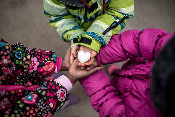 Tre piccolo ragazze con le mani unite con la - foto stock